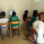 Les apprenants suivant une projection sur les notions de TIC