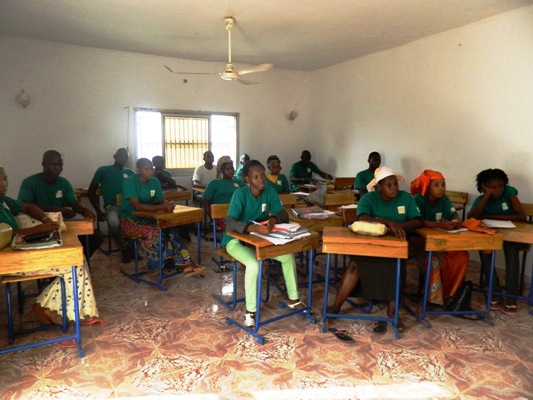 Les apprenants suivant une projection sur les notions de TIC à Doni Blon à Ségou