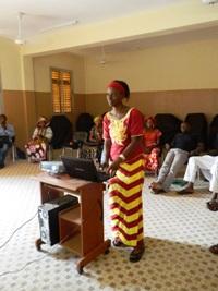 Une enseignante fait une recherche sur Afripédia