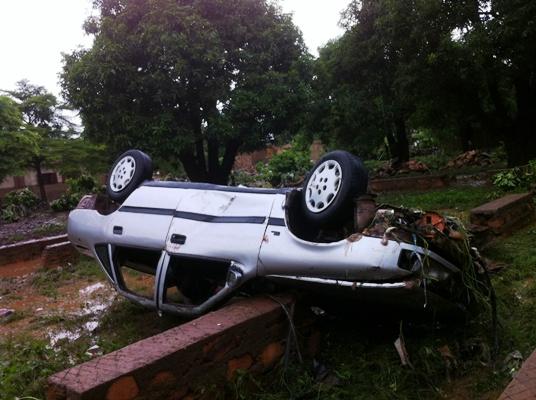 Une voiture emportée par les eaux de pluie à Banconi, Bamako