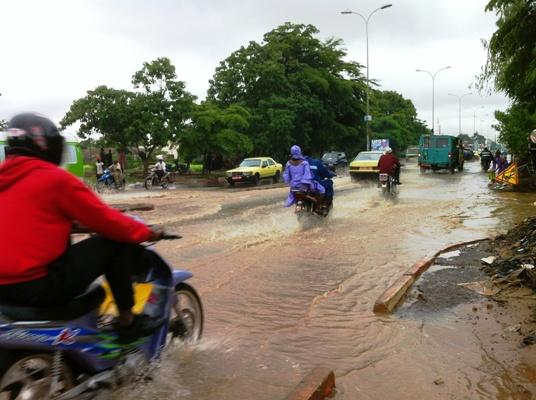 Les habitants de Bamako circulant sous la pluie