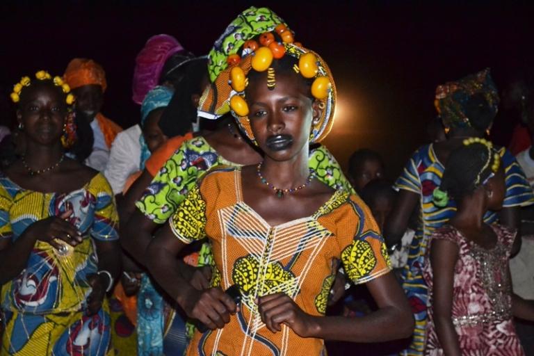 Une fille peule dansant au rythme de la flûte traditionnelle au village